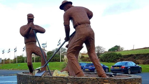 Uma estátua representa o momento da descoberta (Foto: ANGELA CRUMP via BBC News Brasil)