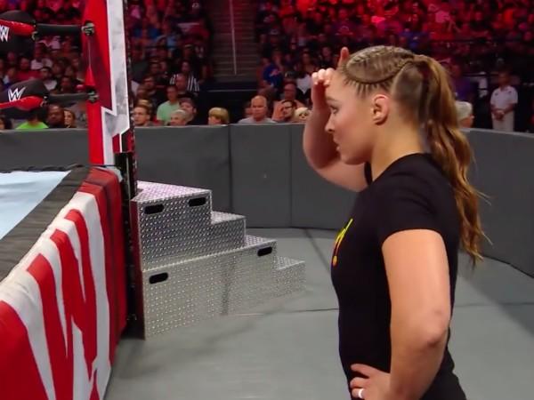 A lutadora Ronda Rousey assustada com o morcego presente em um ringue (Foto: YouTube)