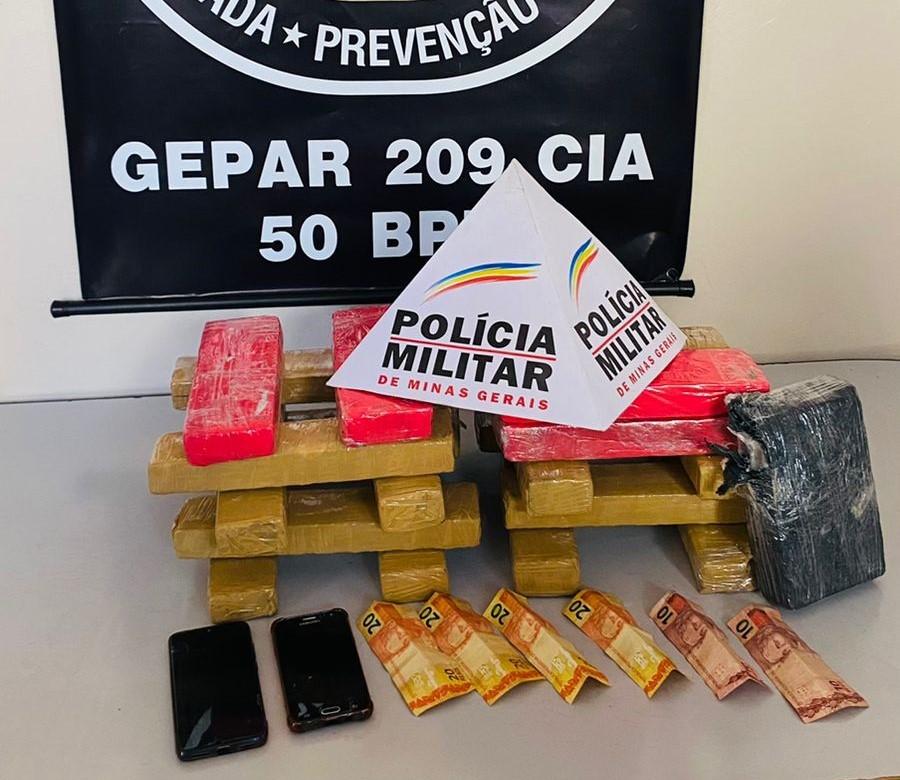Adolescente é encontrado escondido dentro de casa na Vila Oliveira, em Montes Claros, com duas malas contendo drogas