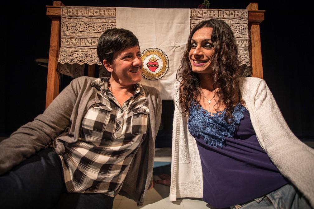 A diretora da peça 'O Evangelho segundo Jesus, Rainha do Céu', Natália Mallo (esq.), e a atriz Renata Carvalho, posam para foto após entrevista ao G1 (Foto: Fábio Tito/G1)