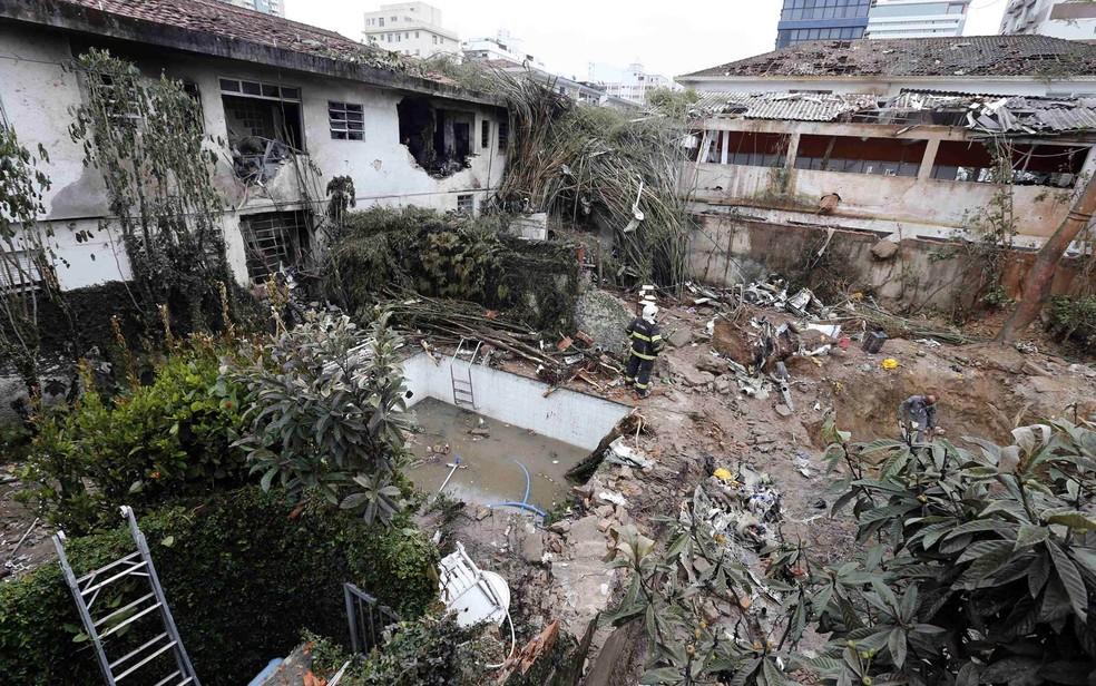 Terreno em que caiu avião em que estava Eduardo Campos e mais seis pessoas — Foto: Paulo Whitaker/Reuters