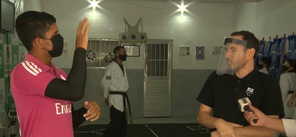 Atleta surdo conversando com intérprete em projeto de inclusão — Foto: Reprodução/TV Cabo Branco