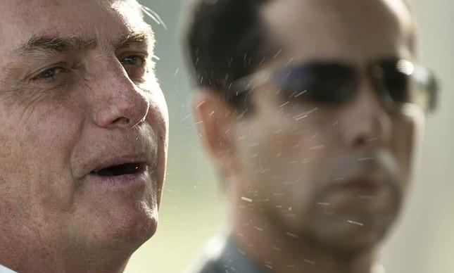 Jair Bolsonaro solta perdigotos em entrevista na porta do Alvorada