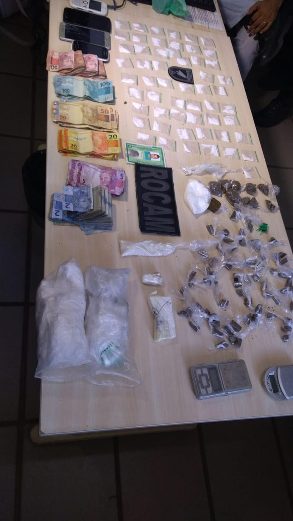 Polícia encontrou dinheiro, drogas, celulares e balanças de precisão com traficante, neste sábado (23), na Zona Oeste de Natal — Foto: Geraldo Jerônimo/Inter TV Cabugi