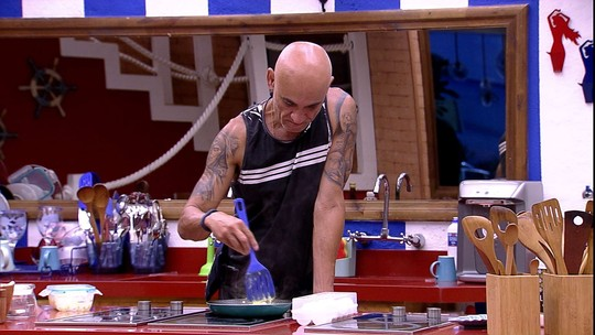 Ayrton prepara café da manhã no dia da Final