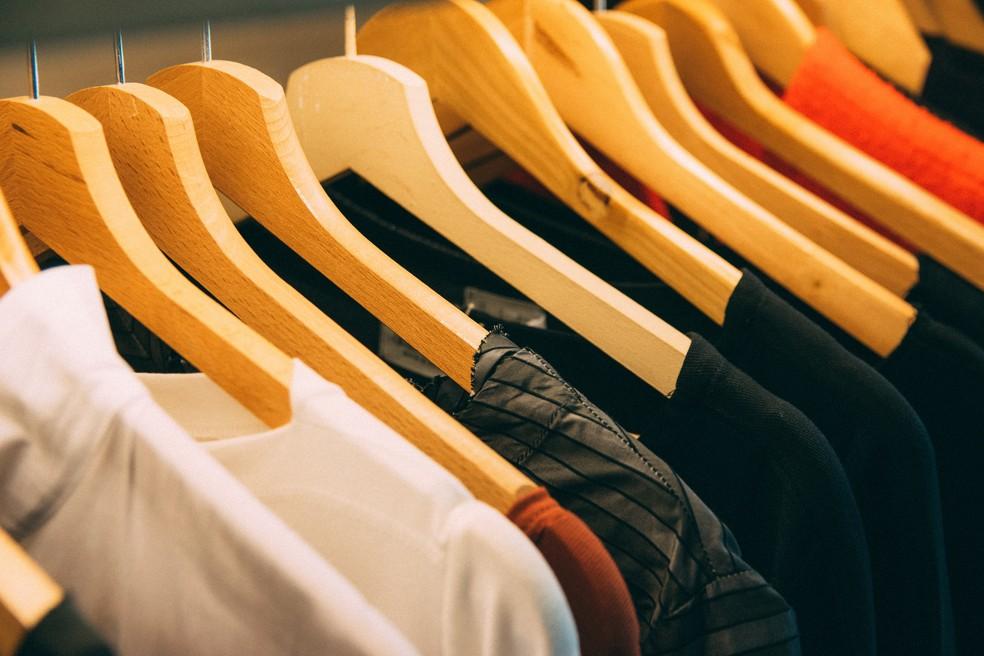 Peças de roupas, como casacos de poliéster, podem liberar um milhão de fibras por lavagem — Foto: Pixabay/Divulgação