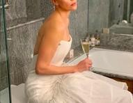 Charlize Theron posa tomando champanhe sentada em vaso sanitário em bastidores de premiação