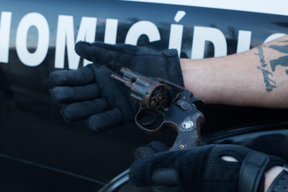 Polícia encontra arma no telhado da casa de ex-marido acusado de encomendar morte de vendedora em São José (Foto: Divulgação/DIG)