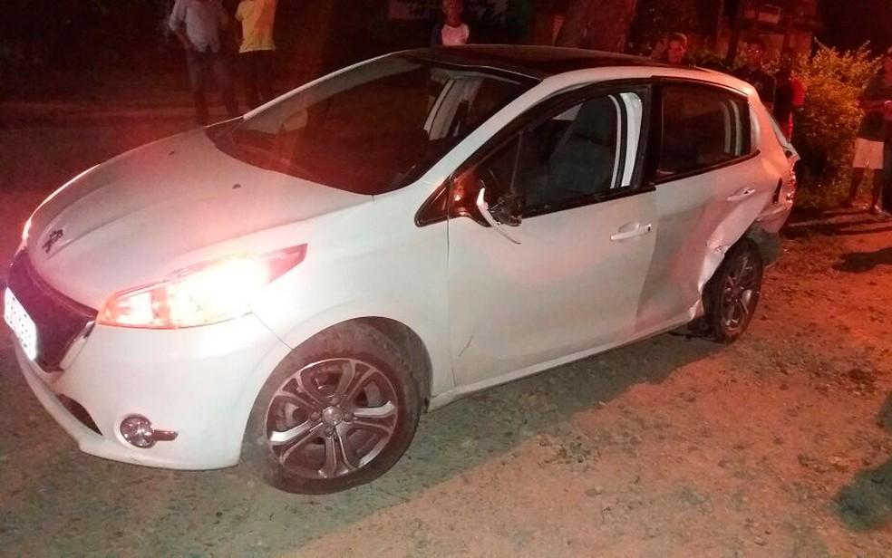 Vítima estava sozinha no carro quando o acidente aconteceu (Foto: PRF/ Divulgação)