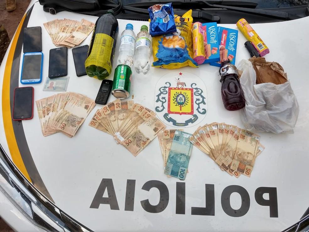 BM apreendeu dinheiro e celulares com os suspeitos presos. — Foto: Brigada Militar/Divulgação