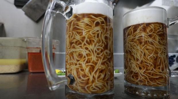 cerveja, ramen, (Foto: Reprodução/YouTube)