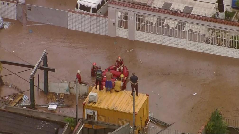 Chuva provoca alagamentos em via da Zona Norte — Foto: Reprodução/TV Globo
