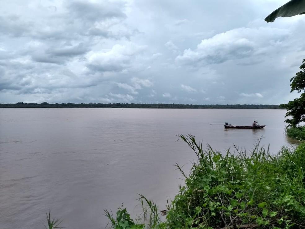 Pai usou canoa para tentar salvar filho — Foto: Mamoré Agora/Reprodução