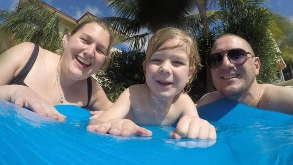 Kat Charles, com seu filho Jacob e o marido, Jason; em 2014, ela foi informada de que teria apenas mais três meses de vida (Foto:  Brain Tumour Charity)