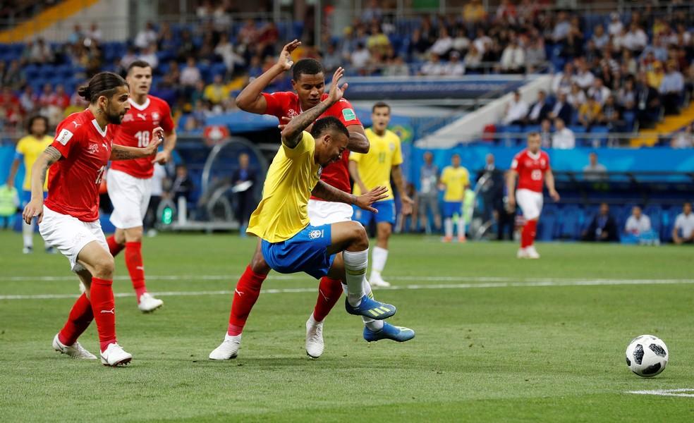 Gabriel Jesus cai após disputa com suíço (Foto: Reuters)