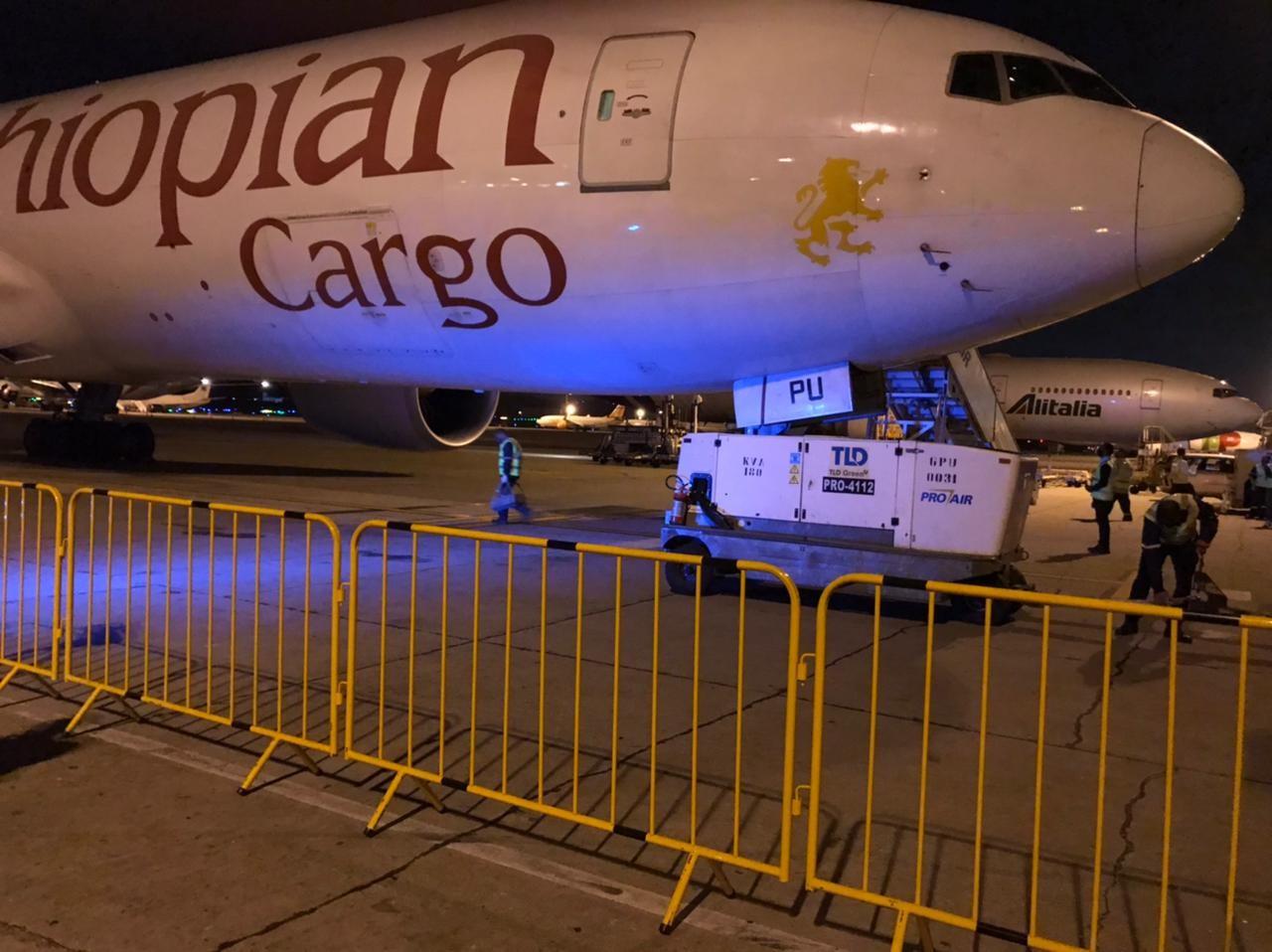 Medicamentos para 'kit intubação' chegam a aeroporto em Guarulhos, na Grande SP