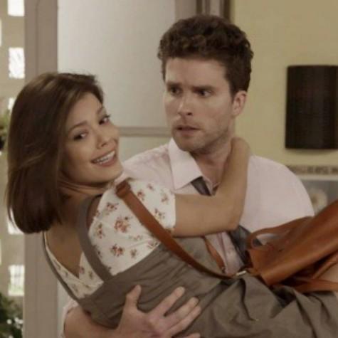 Thiago Fragoso e Vitória Strada em cena de 'Salve-se quem puder' como Alan e Kyra (Foto: TV Globo)