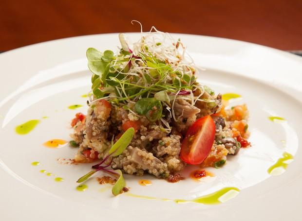 Salada de quinoa com legumes, uva passa e castanha de caju (Foto: Divulgação)