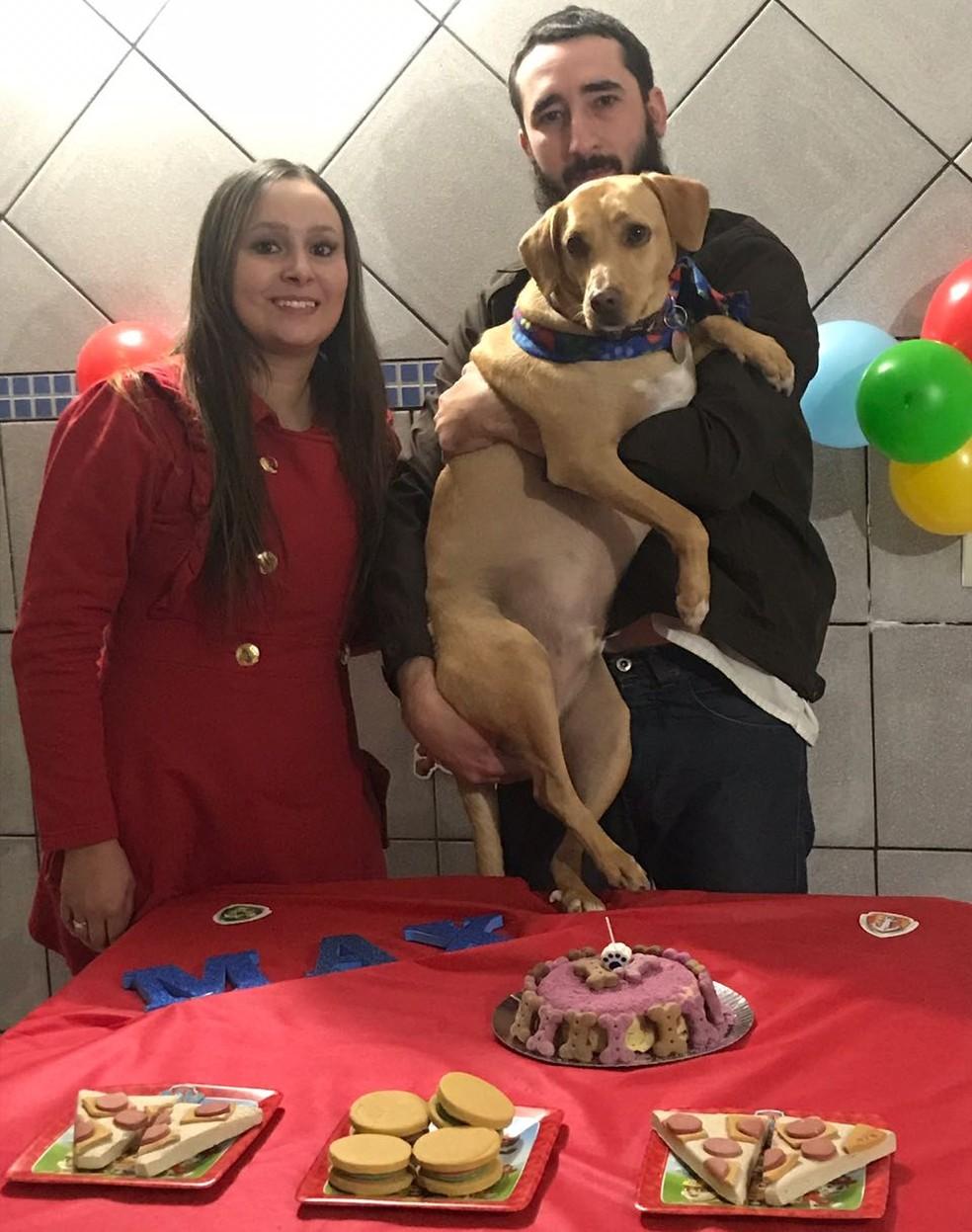 Max ganhou festa de aniversário com bolo, pizza e hambúrguer — Foto: Arquivo pessoal