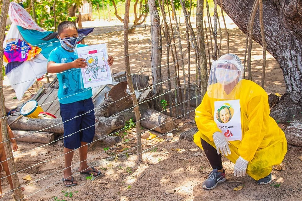 Professora ensina na porta da casa de estudantes com deficiências durante pandemia da Covid-19 no Ceará