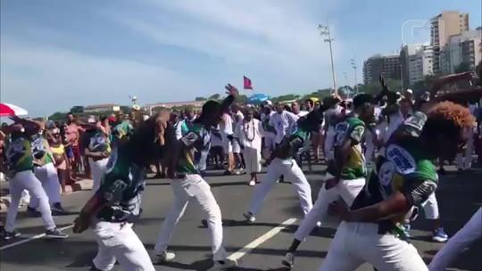 Beija-Flor arrasta foliões em ensaio técnico na Praia de Copacabana