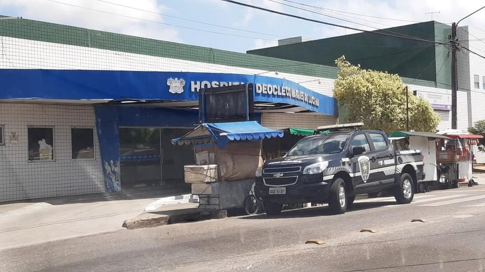 Suspeitos baleados em Parnamirim foram socorridos ao Hospital Regional Deoclécio Marques, mas não resistiram — Foto: Sérgio Henrique Santos/Inter TV Cabugi