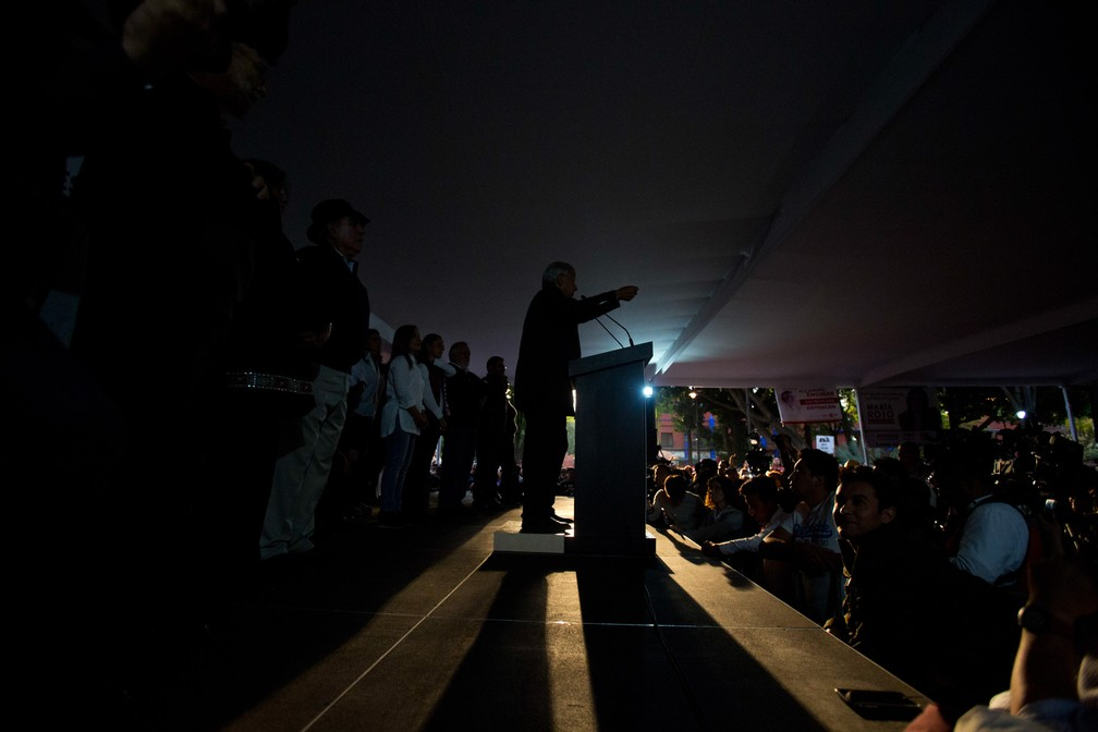 O candidato presidencial Andres Manuel Lopez Obrador, do partido MORENA, fala durante um comício de campanha no distrito de Coyoacan, na Cidade do México. O país escolherá um novo presidente nas eleições gerais de 1º de julho. Foto tirada na segunda (7) e divulgada nesta terça (8) — Foto: Rebecca Blackwell/AP