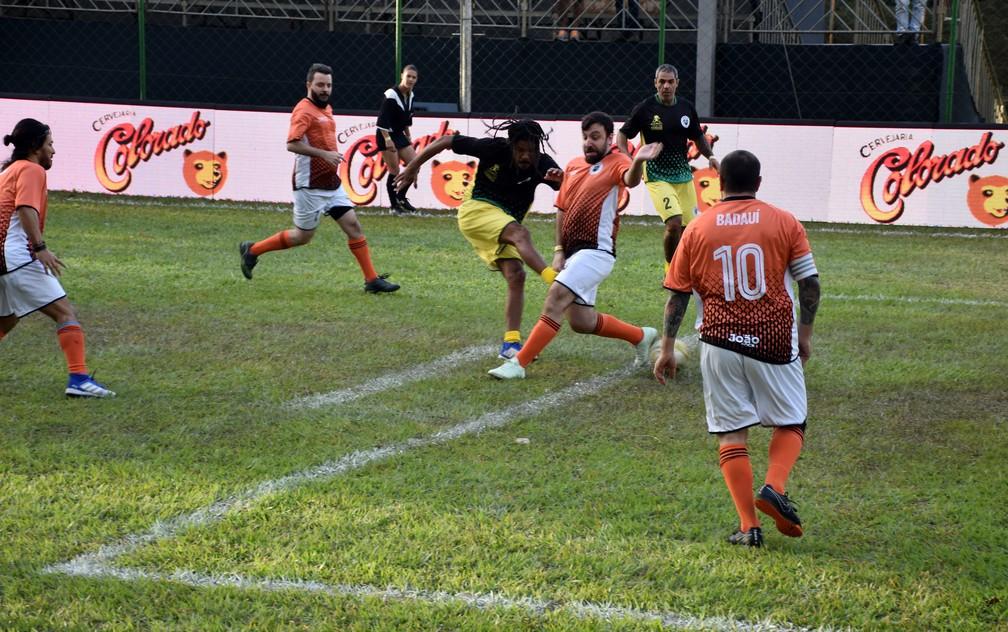 Alexandre chuta e marca para o Natiruts no João Rock Futebol Clube em Ribeirão Preto  — Foto: Rodolfo Tiengo/G1