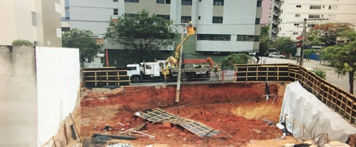 Barranco de obra desmorona e Rua é interditada em Divinópolis
