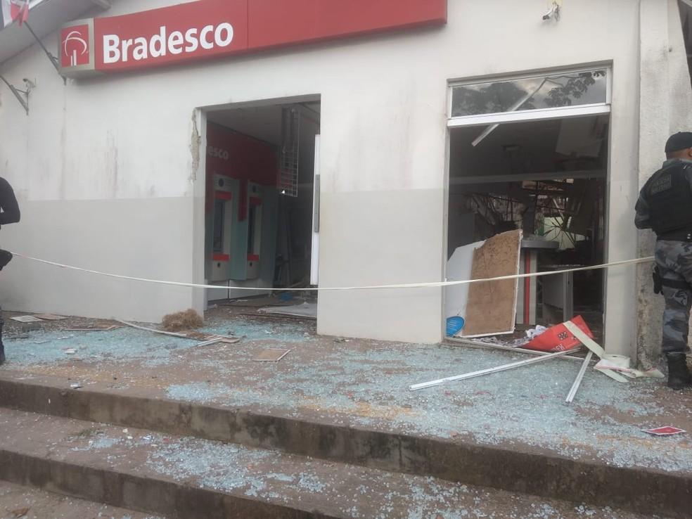 Agência bancária do Bradesco foi atacada na madrugada desta terça-feira (2) — Foto: Cícero Ferraz