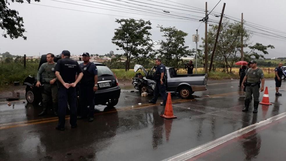 Colisão ocorreu após um dos veículos perder o controle e invadir a pista oposta em Limeira (Foto: Wagner Morente/Comunicação GCM Limeira)