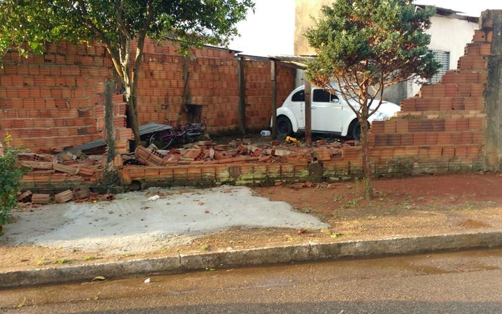 Muro de casa caiu após passagem da chuva em Pouso Alegre (Foto: Reprodução Redes Sociais)