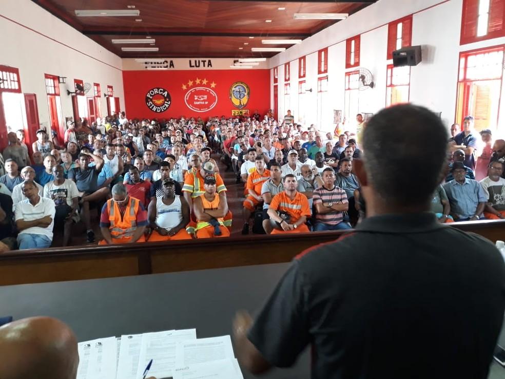 Estivadores se reúnem em assembleia na sede do Sindicato da categoria em Santos (SP): levantamento aponta queda na participação de sindicatos nas negociações  — Foto: Carlos Nogueira/Jornal A Tribuna de Santos
