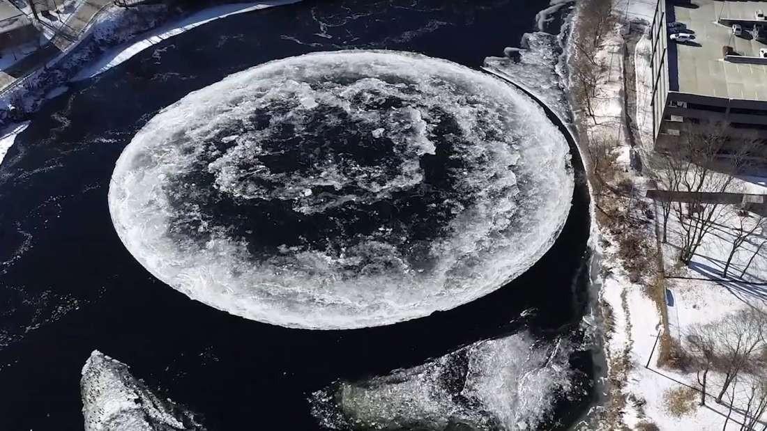 Fenômeno do disco de gelo pode ser formado pelo contato do ar frio com redemoinho da água (Foto: Tina Radel/Wetsbrook)