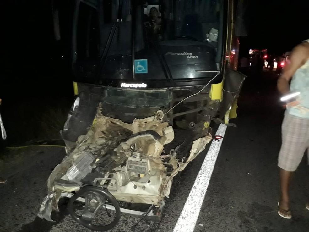 Veículo de passeio também foi atingido por ônibus após bater em moto — Foto: Polícia Militar