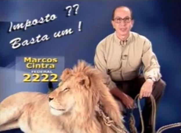 Marcos Cintra posa com um leão em sua vinheta no horário eleitoral de 1998, quando elegeu-se deputado federal pelo antigo PL (Foto: MARCOS CINTRA YOUTUBE / REPRODUÇÃO)