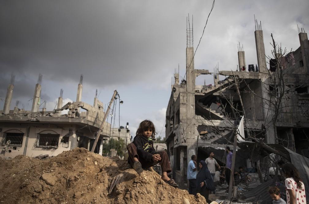 Palestinos inspecionam os danos de suas casas destruídas na cidade de Beit Hanoun, norte da Faixa de Gaza — Foto: Khalil Hamra/AP