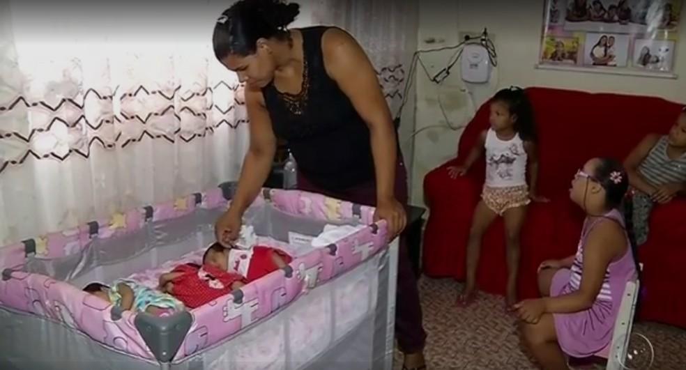 Gildásia Maria da Silva diz que trigêmeas de Cosmorama (SP) mudaram rotina da família (Foto: Reprodução/TV TEM)