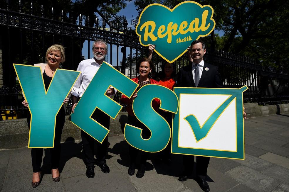 Irlandeses fazem, em Dublin, campanha para plebiscito que pode derrubar a proibição do aborto na Irlanda  (Foto: Clodagh Kilcoyne/ Reuters)