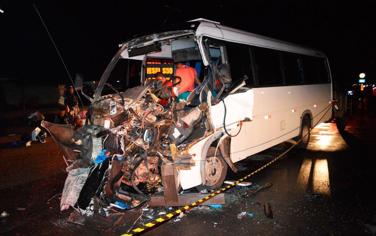 Micro-ônibus bate em carreta parada em acostamento e deixa seis feridos; veículo fica destruído