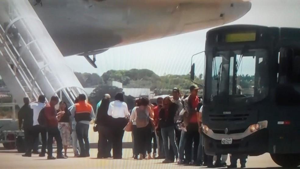 Imigrantes venezuelanos desembarcaram na Base Aérea de Parnamirim por volta das 12h30 — Foto: Renata Duarte