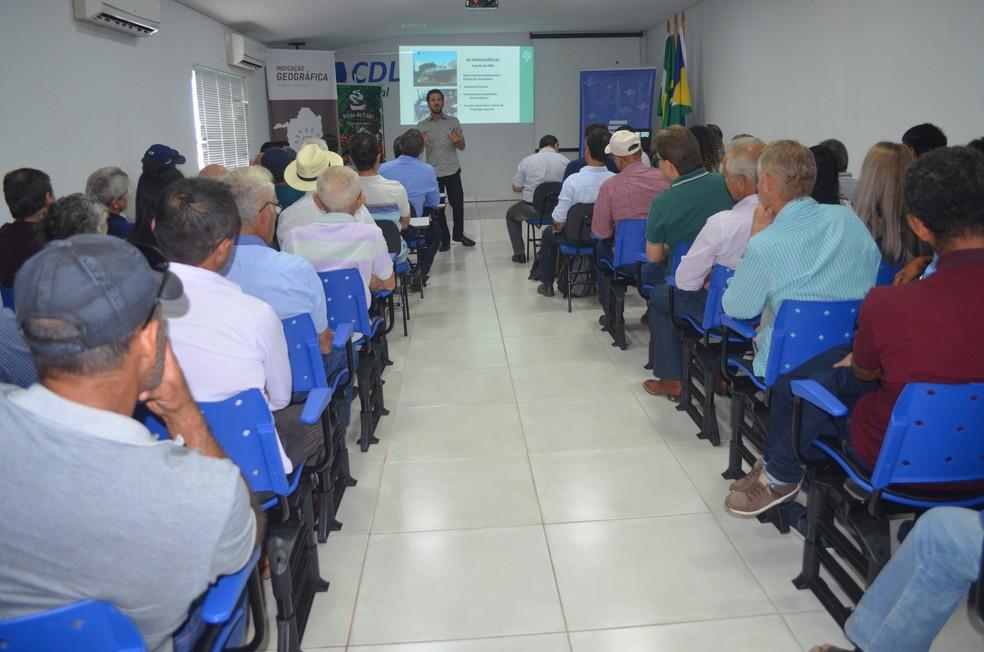 Produtores rurais, representantes públicos e técnicos da ABDI se reuniram no sábado (28) (Foto: Magda Oliveira/ G1)