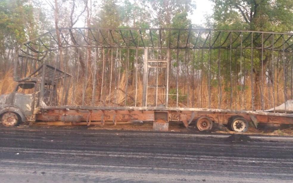 Veículos ficaram completamente destruídos no acidente na BR-153, em Goiás (Foto: Divulgação/PRF)