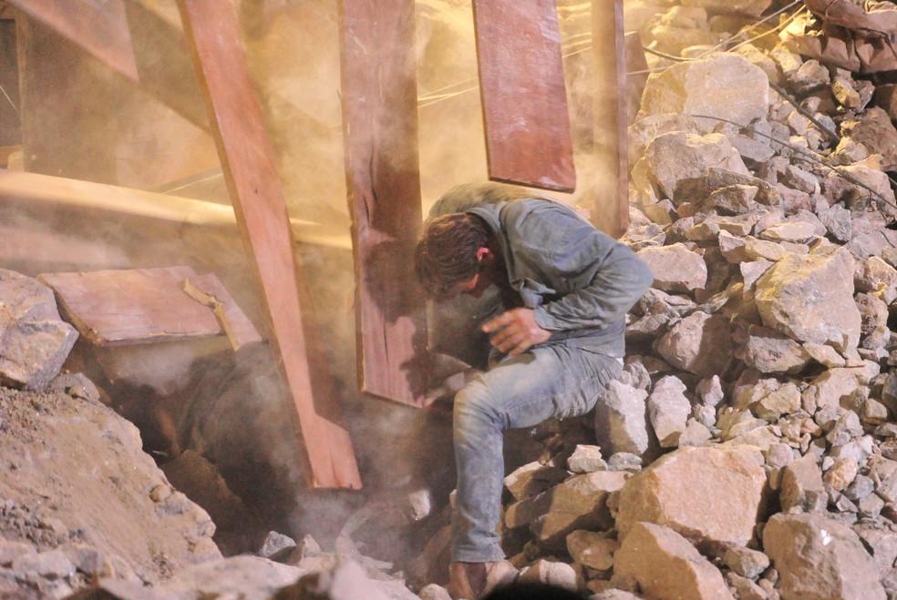 Cassiano (Henri Castelli) fica nos escombros do desabamento da mina, em 'Flor do Caribe' — Foto: Globo