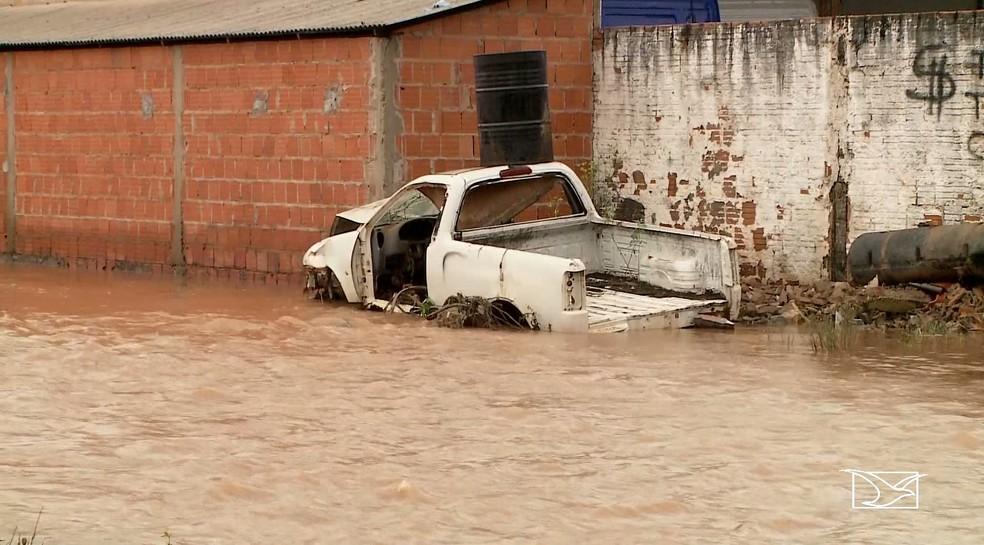 Após fortes chuvas, riachos em Imperatriz transbordaram e causaram transtornos na cidade — Foto: Reprodução/TV Mirante