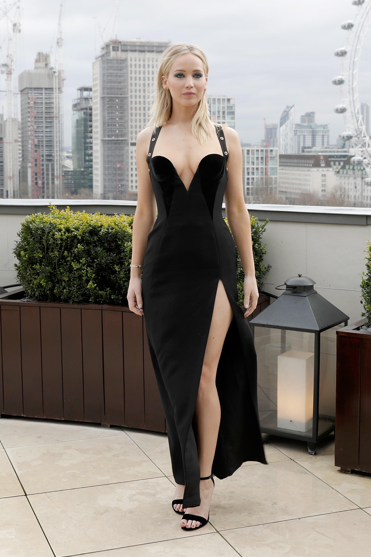 A atriz Jennifer Lawrence com seu vestido polêmico em meio aos 3 graus de Londres (Foto: Getty Images)