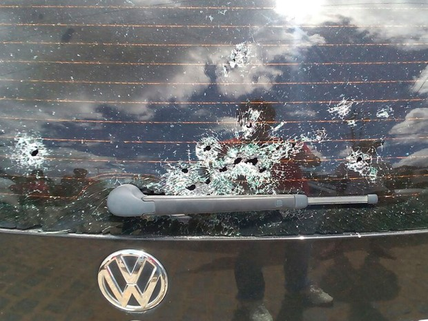 Carro foi atingido pelos tiros durante a ação (Foto: Arquivo Pessoal)