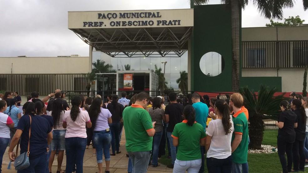 Protesto foi realizado em frente à Prefeitura de Campo Verde (Foto: Márcio Falcão/ TVCA)