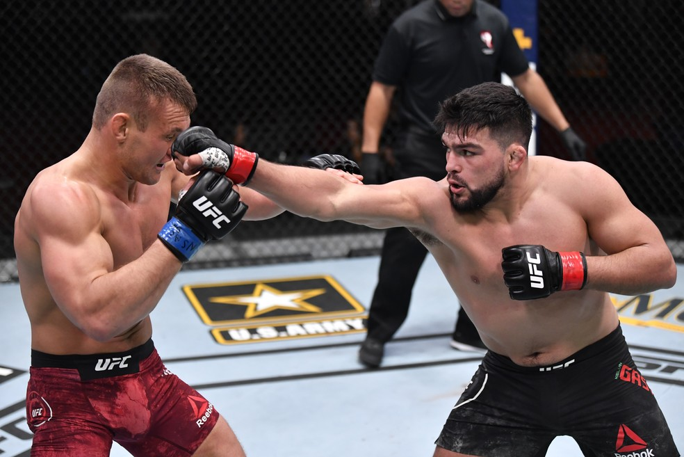 Kelvin Gastelum Ian Heinisch UFC 258 — Foto: Getty Images