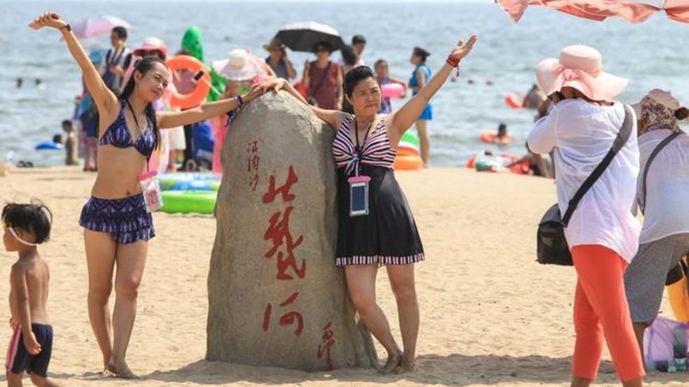 Todo verão, os habitantes de Pequim tentam escapar do calor em Beidaihe, um dos destinos favoritos por sua proximidade com a capital — Foto: Getty Images